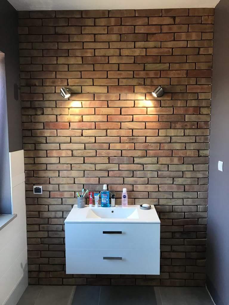 Łazienka wykończona cegłą